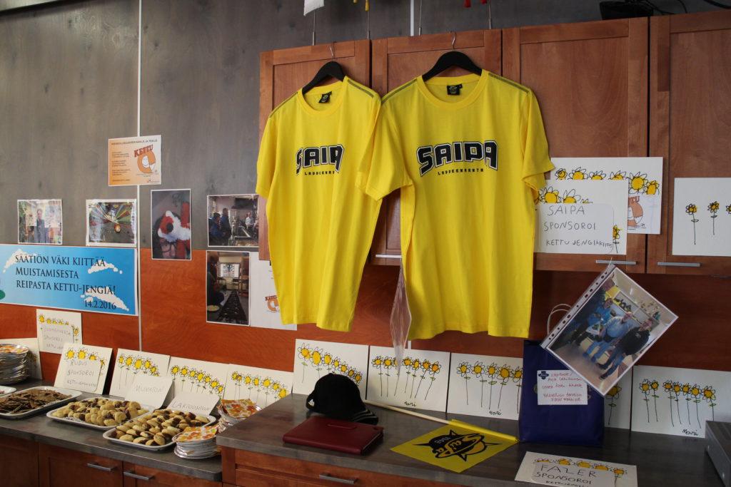 SaiPa T-paidat olivat näyttävästi esillä Kettu-jengin 1-vuotis synttärijuhlassa.