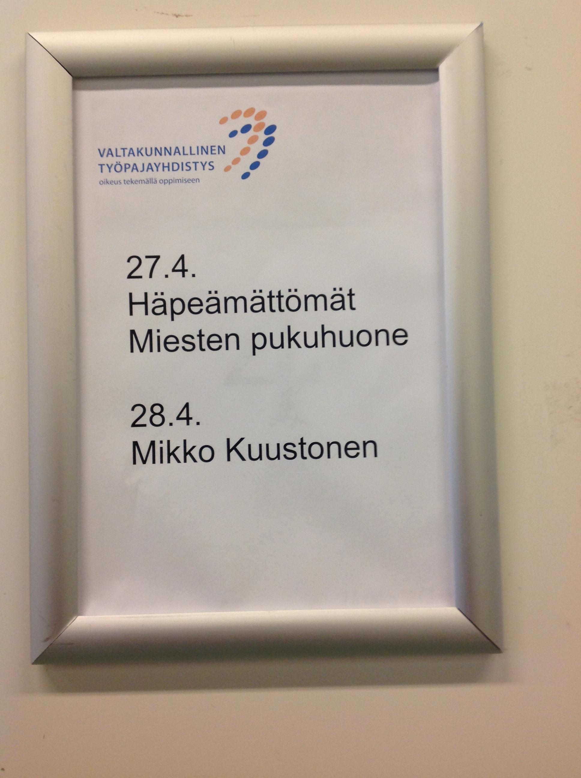 Kettu-Jengin kollega Mikko Kuustonen Annoimme Kuustoselle meidän Kettu-maskotin ja roudari Lehikoinen sai nimmarit